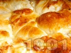 Лесен и вкусен домашен тутманик на топчета с яйца, сирене и свинска мас (с прясна жива мая) в тава за закуска - снимка на рецептата